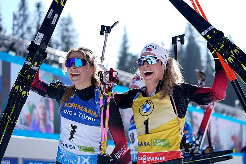 Ingrid Landmark Tandrevold og Tiril Eckhoff jubler etter å ha innkassert sølv og bronse under verdensmesterskapet i Pokljuka 2021 på mesterskapets siste dag. Foto: Thibaut/NordicFocus.