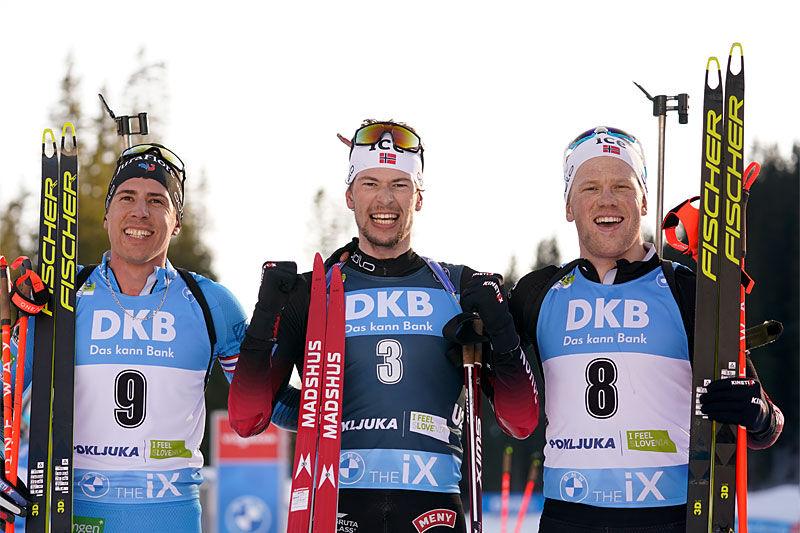 Seierspallen på guttas fellesstart under VM i Pokljuka 2021 på mesterskapets siste dag. FV: Quentin Fillon Maillet (3. plass), Sturla Holm Lægreid (1) og Johannes Dale (2). Foto: Thibaut/NordicFocus.