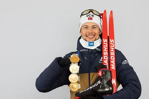 Sturla Holm Lægreid med VM-medaljer fra verdensmesterskapet i skiskyting i Pokljuka 2021. Foto: Manzoni/NordicFocus.