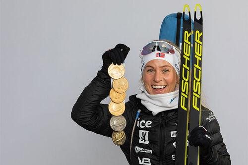 Tiril Eckhoff med VM-medaljer fra verdensmesterskapet i skiskyting i Pokljuka 2021. Foto: Manzoni/NordicFocus.