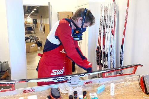 Henrik Johnsen er en av de sentrale personene i Swix sitt racing-apparat og er ofte å finne i smørebua og andre steder hvor det jobbes med skismurning og glider. Foto: Swix.