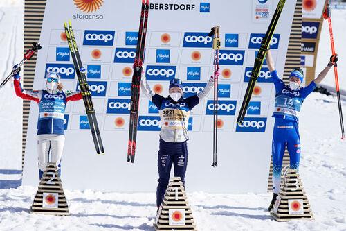 Damenes seierspall på sprinten under VM i Oberstdorf 2021. FV: Maiken Caspersen Falla (2. plass), Jonna Sundling (1) og Anamarija Lampic (3). Foto: Thibaut/NordicFocus.