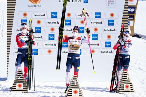 Herrenes seierspall på sprinten under VM i Oberstdorf 2021. FV: Erik Valnes (2. plass), Johannes Høsflot Klæbo (1) og Håvard Solås Taugbøl (3). Foto: Thibaut/NordicFocus.