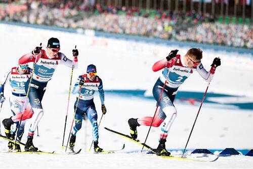 Erik Valnes og Johannes Høsflot Klæbo fører an i et av heatene på VM-sprinten under VM i Oberstdorf 2021. Foto: Modica/NordicFocus.