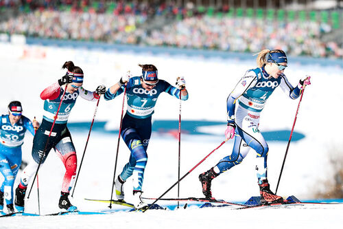 VM-sprintens vinner, Jonna Sundling, fremst i feltet i et av heatene under VM i Oberstdorf 2021. Ane Appelkvist Stenseth ligger som nummer tre. Foto: Modica/NordicFocus.
