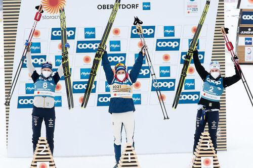 Damenes seierspall på 15 km skiathlon under VM i Oberstdorf 2021. FV: Frida Karlsson (2. plass), Therese Johaug (1) og Ebba Andersson (3). Foto: Modica/NordicFocus.