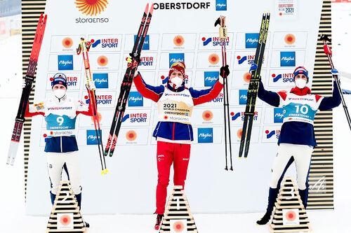 Herrenes seierspall på 30 km skiathlon under VM i Oberstdorf 2021. FV: Simen Hegstad Krüger (2. plass), Alexander Bolshunov (1) og Hans Christer Holund (3). Foto: Modica/NordicFocus.