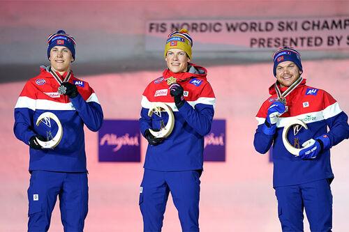 Medaljeutdeling til herrenes seierspall på sprinten under VM i Oberstdorf 2021. FV: Erik Valnes (2. plass), Johannes Høsflot Klæbo (1) og Håvard Solås Taugbøl (3). Foto: Thibaut/NordicFocus.