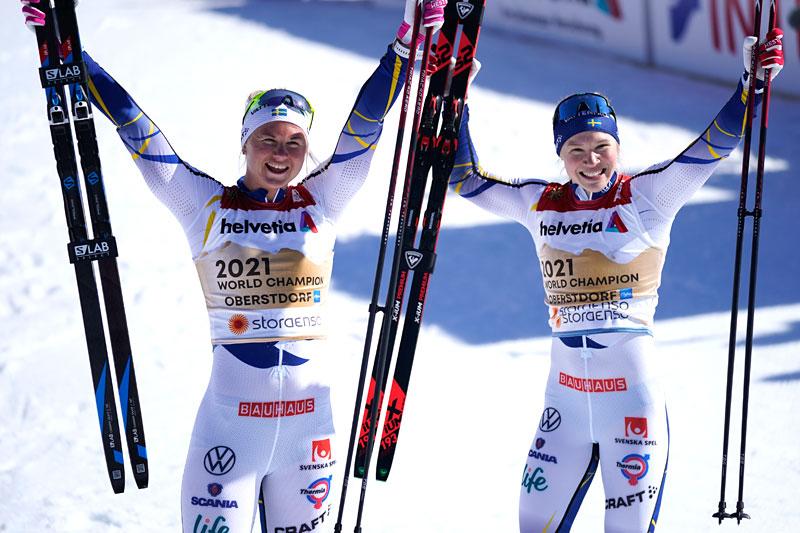 Maja Dahlqvist og Jonna Sundling jubler etter å ha vunnet lagsprinten for Sverige under VM i Oberstdorf 2021. Foto: Modica/NordicFocus.
