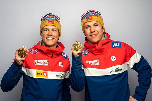 Johannes Høsflot Klæbo og Erik Valnes med sine VM-gull fra lagsprinten under verdensmesterskapet i Oberstdorf 2021. Foto: Vianney Thibaut/NordicFocus.