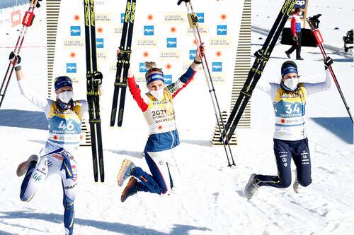 Damenes seierspall på 10 km fri under VM i Oberstdorf 2021. FV: Frida Karlsson (2. plass), Therese Johaug (1) og Ebba Andersson (3). Foto: Modica/NordicFocus.