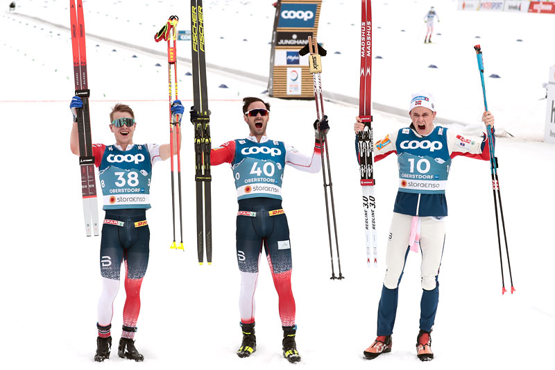 Herrenes seierspall på 15 km fri under VM i Oberstdorf 2021. FV: Simen Hegstad Krüger (2. plass), Hans Christer Holund (1) og Harald Østberg Amundsen (3). Foto: Modica/NordicFocus.