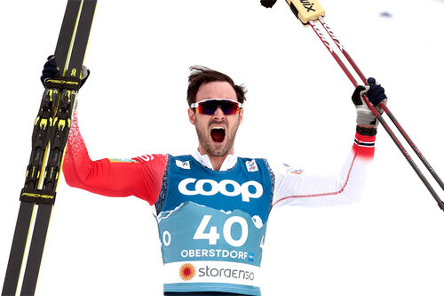 Hans Christer Holund jubler etter å ha vunnet 15 km fri under Oberstdorf-VM 2021. Foto: Modica/NordicFocus.