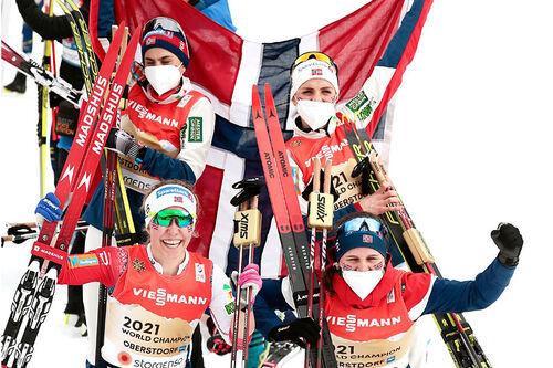 Det norske verdensmesterlaget på stafetten under VM i Oberstdorf 2021. I etapperekkefølge Tiril Udnes Weng, Heidi Weng, Therese Johaug og Helene Marie Fossesholm. Foto: Modica/NordicFocus.
