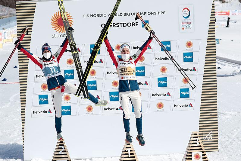 Damenes seierspall på 3-mila under VM i Oberstdorf 2021. FV: Heidi Weng (2. plass), Therese Johaug (1) og Frida Karlsson på pallens tredje trinn manglet, dette da hun var kjørt bort av sykebil grunnet armskade. Foto: Modica/NordicFocus.