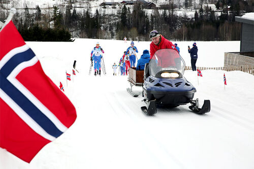 Startfeltet i Vingrom Opp har startet på klatringen mot Fjellmyra. Foto: Arild Åsveen.