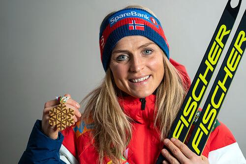 Therese Johaug med et av sine VM-gull fra verdensmesterskapet i Oberstdorf 2021. Foto: Thibaut/NordicFocus.