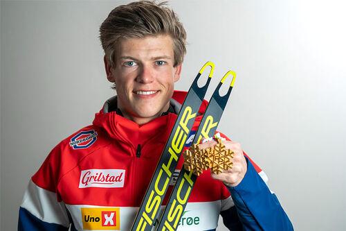 Johannes Høsflot Klæbo med et par av sine VM-gull fra verdensmesterskapet i Oberstdorf 2021. Foto: Thibaut/NordicFocus.