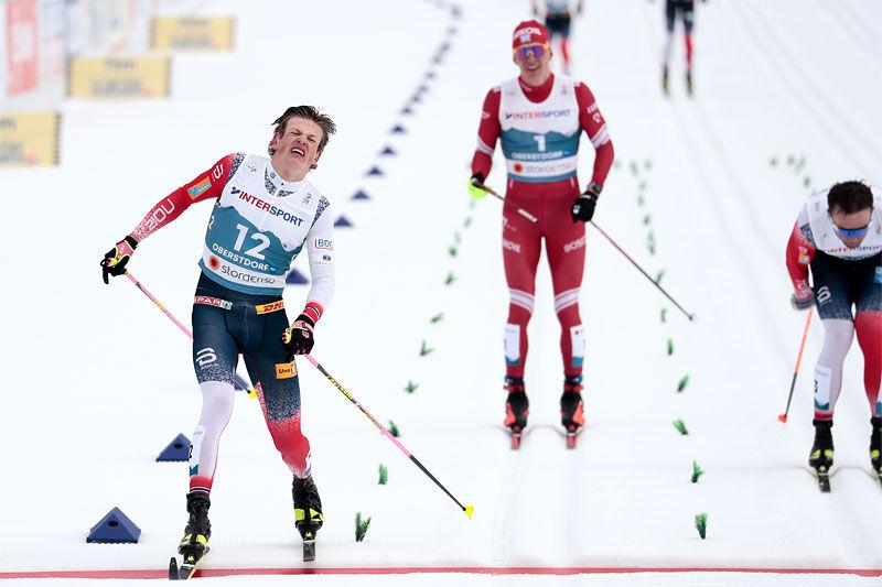 Johannes Høsflot Klæbo krysser målstreken først på 50 km under Oberstdorf-VM 2021, foran Emil Iversen og Alexander Bolshunov. Foto: Modica/NordicFocus.
