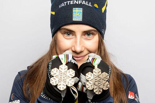 Ebba Andersson med medaljer fra Oberstdorf-VM 2021. Foto: Modica/NordicFocus.