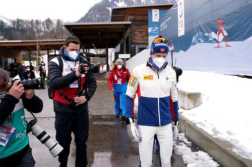 Johannes Høsflot Klæbo etter at han har fått beskjed om at juryen valgte å diske ham fra 5-milsgullet under VM i Oberstdorf 2021. Foto: Thibaut/NordicFocus.