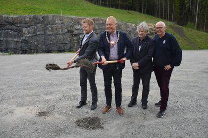 Bildet viser første spadestikk for ny E16. Statsekretær fra Samferdselsdepartementet Tommy Skjervold sammen med daværende ordfører i Jevnaker, Lars Magnussen.