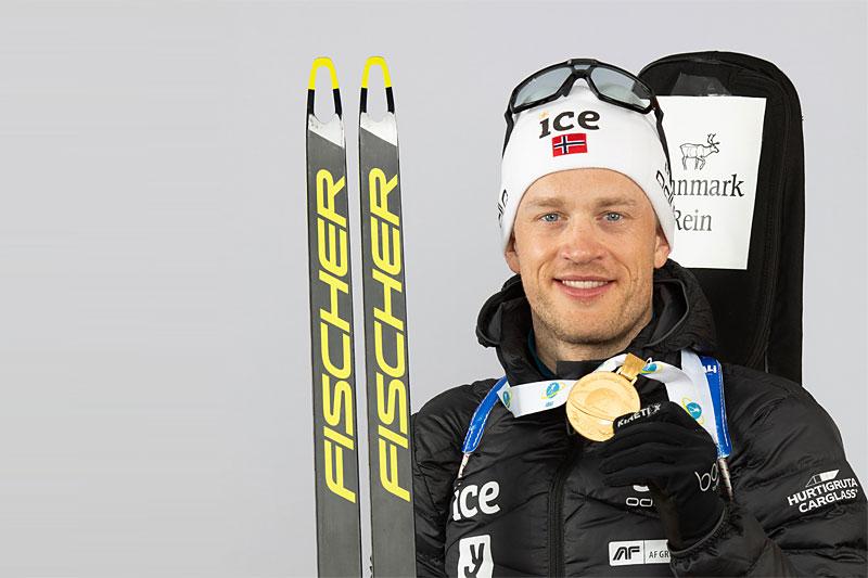 Tarjei Bø med medalje fra Pokljuka-VM 2021. Foto: Manzoni/NordicFocus.