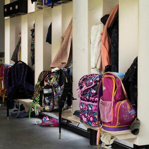 SFO: Bilde av ryggsekker i skolegang. foto: colourbox