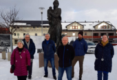 Arbeidsgruppa samlet ved Krigsmødremonumentet. Fra venstre; Berit Nilsen, Knut Wisløff, Knut Kristoffersen, Harald Sørensen, Sindre Torp og Camilla Carlsen