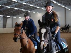 Ine og Sara i dyp konsentrasjon under jockey-undervisningen.
