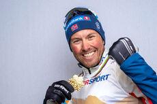 Emil Iversen med gullmedaljen han ble tildelt etter 5-mila under VM i Oberstdorf 2021. Foto: Modica/NordicFocus.
