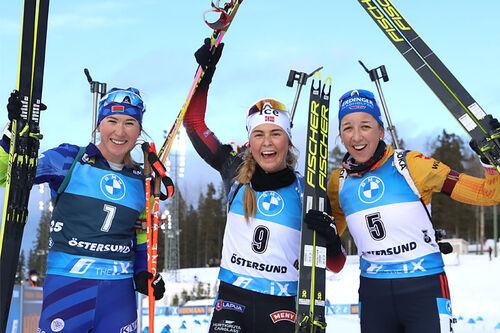 Damenes seierspall på fellesstarten i siste renn av skiskytternes verdenscup 2021 i Östersund. FV: Dzinara Alimbekava (2. plass), Ingrid Landmark Tandrevold (1) og Franziska Preuss (3). Foto: Manzoni/NordicFocus.