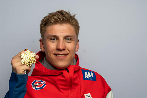 Erik Valnes med VM-gull fra verdensmesterskapet i Oberstdorf 2021. Foto: Thibaut/NordicFocus.