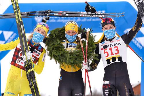 Damenes seierspall i Årefjällsloppet 2021 som inngår i Ski Classics. FV: Emilie Fleten (2. plass),  Lina Korsgren (1) og Thea Krokan Murud (3). Foto: Magnus Östh/Visma Ski Classics.