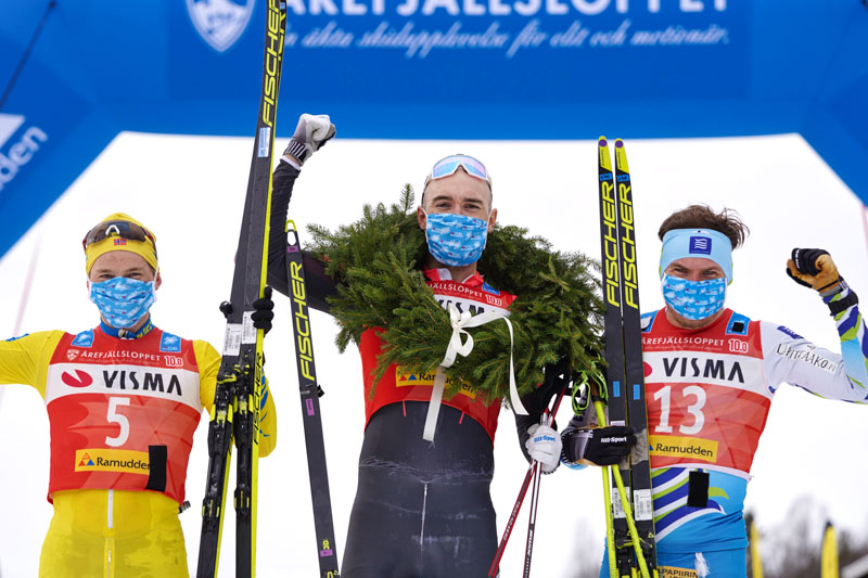 Herrenes seierspall i Årefjällsloppet 2021 som inngår i Ski Classics. FV: Stian Hoelgaard (2. plass), Andreas Nygaard (1) og Ari Luusua (3). Foto: Magnus Östh/Visma Ski Classics.