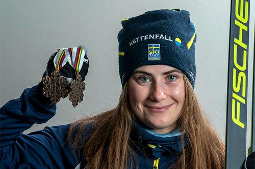 Ebba Andersson med medaljer fra Oberstdorf-VM 2021. Foto: Thibaut/NordicFocus.