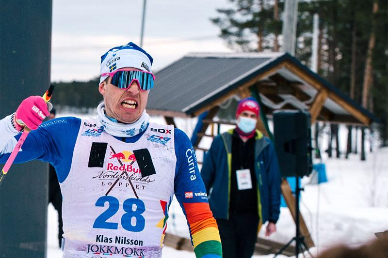 Klas Nilsson jubler over å ha vunnet 2021-utgaven av det 220 km lange Red Bull Nordenskiöldsloppet. Foto: Adam Klingeteg / Red Bull Content Pool.