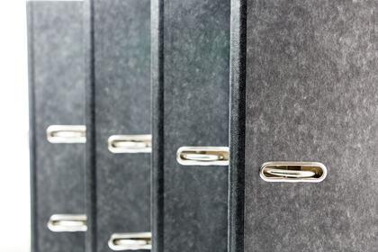 VEILEDER: En klargjøring av rammene for informasjonsdeling vil styrke grunnlaget for et godt samarbeid mellom hjem og skole, mener FUG. Bildet viser et utvalg permer. foto: colourbox