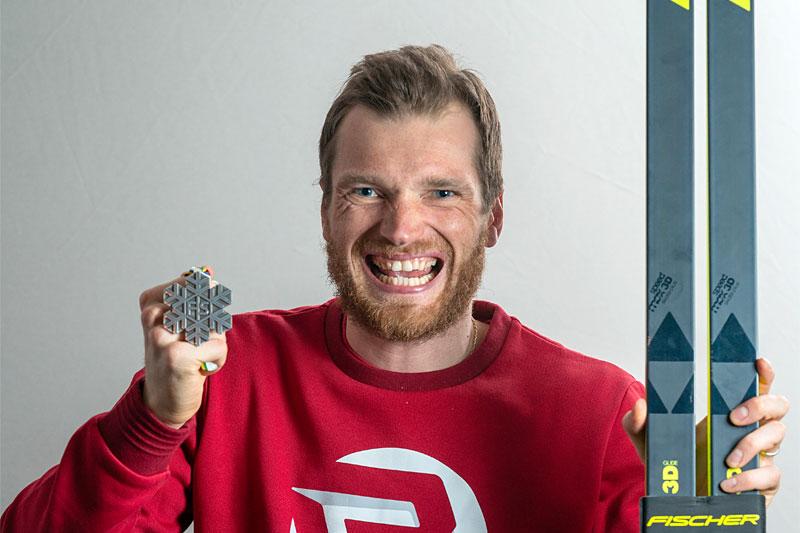 Artem Maltsev med VM-medalje fra mesterskapet i Oberstdorf 2021. Foto: Thibaut/NordicFocus.