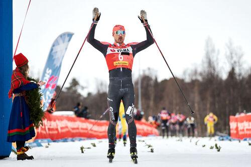 Andreas Nygaard inn i mål som vinner av det 100 kilometer lange Årefjällsloppet 2021. Magnus Östh/Visma Ski Classics/NordicFocus.