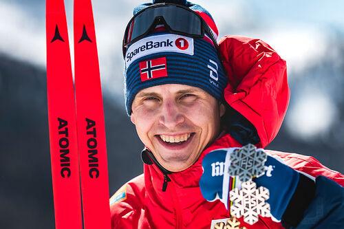 Simen Hegstad Krüger med medaljer fra VM i Oberstdorf 2021. Foto: Modica/NordicFocus.
