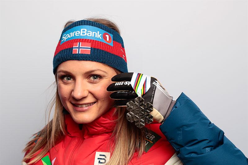 Maiken Caspersen Falla med VM-medalje fra verdensmesterskapet i Oberstdorf 2021. Foto: Modica/NordicFocus.