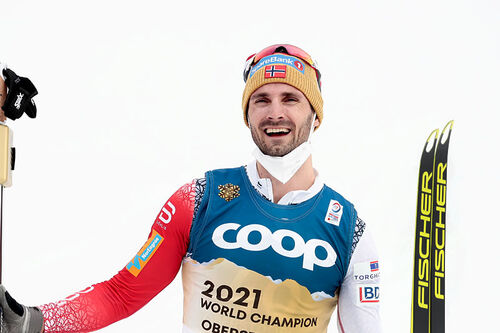 Hans Christer Holund stråler med gullua og spesialstartnummer som viser at han har vunnet 15 km under Oberstdorf-VM 2021. Foto: Modica/NordicFocus.