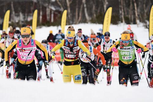 Løpere på vei ut fra start i Årefjällsloppet 2021. I midten Emilie Fleten, flankert av Ida Dahl og Lina Korsgren. Foto: Magnus Östh/Visma Ski Classics/NordicFocus.