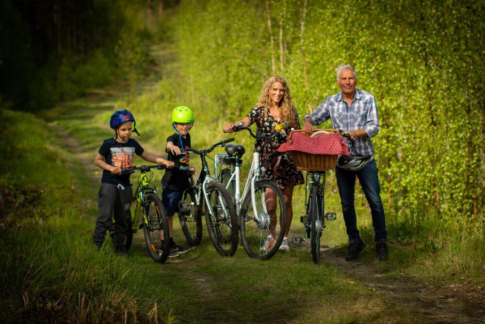 Familie på sykkeltur. Foto: Laila Ingvalden