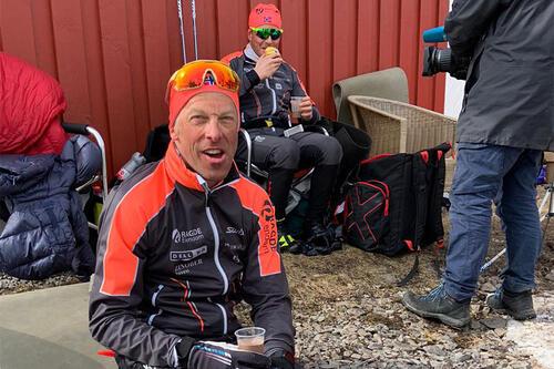 Anders Aukland i forbindelse med sin nye verdensrekord i langrenn, 700 kilometer ved Mylla i Nordmarka, i april 2021. Foto: Team Ragde Eiendom.
