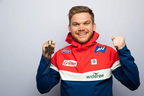 Håvard Solås Taugbøl med VM-medalje fra Oberstdorf 2021. Foto: Modica/NordicFocus.