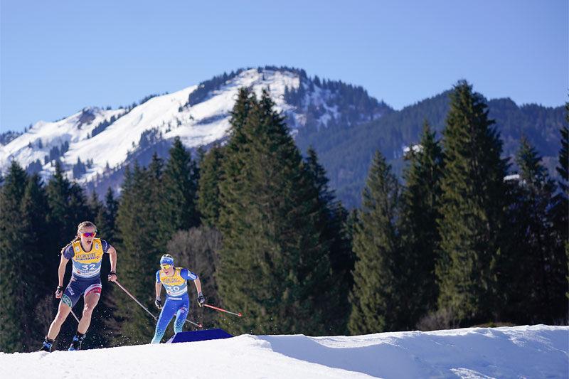 En sommerkledd Jessie Diggins, under VM i Oberstdorf 2021, med Anamarija Lampic følgende like bak. Foto: Thibaut/NordicFocus.