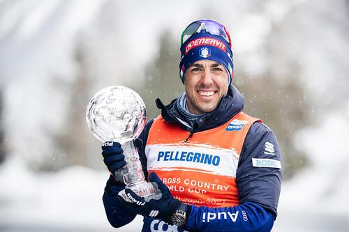 Federico Pellegrino med krystallkula som viser at han vant verdenscupen i sprint sesongen 2020/2021. Foto: Modica/NordicFocus.