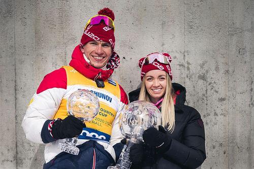 Alexander Bolshunov med sin kjæreste, langrennsløperen Anna Zherebyateva, og krystallkuler han vant i verdenscupen 2020/2021 som totalvinner og vinner av distansecupen. Foto: Modica/NordicFocus.